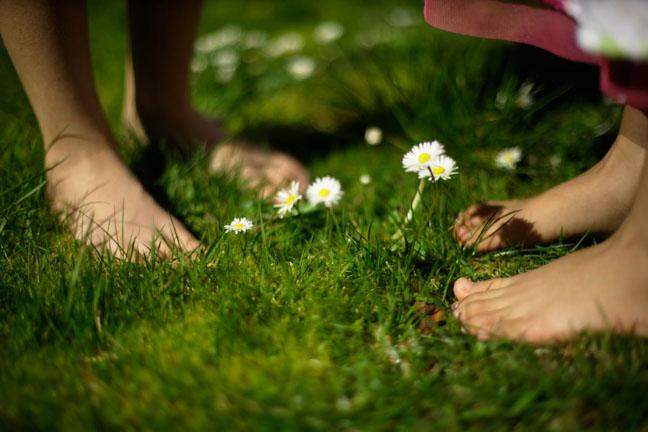 Mersul în picioarele goale face minuni pentru sănătate