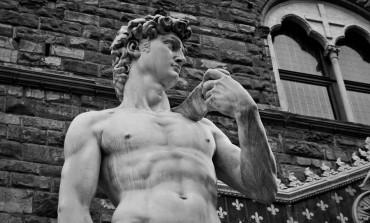 David al lui Michelangelo suferă de glezne slabe