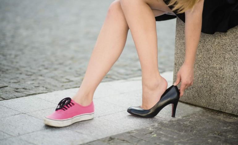 Fii atent în ceea ce priveşte alegerea pantofilor tăi – Încălţămintea nepotrivită afectează coloana